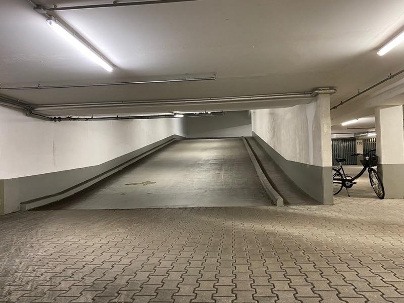 1-2 ebenerdige Tiefgaragenstellplätze in zentraler S-Bahn-Nähe von Höhenkirchen zu verkaufen - Auffahrt Rampe UG