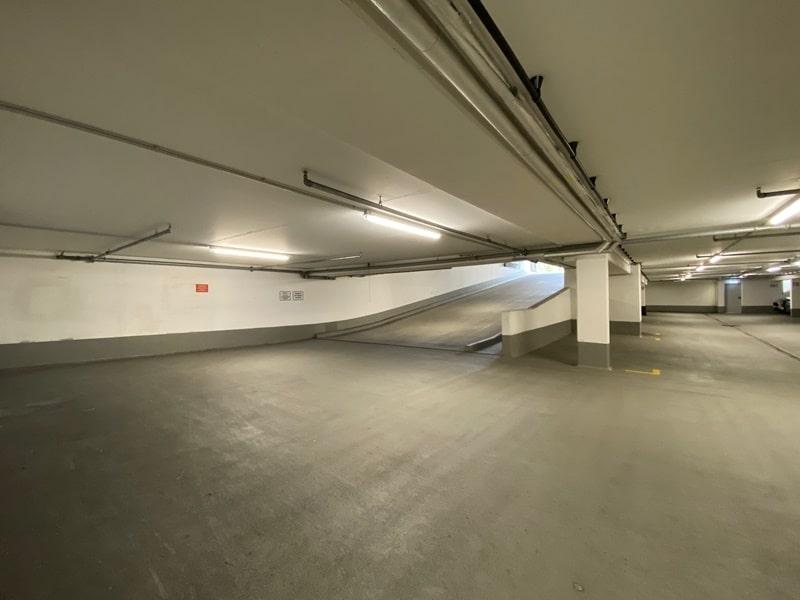 1-2 ebenerdige Tiefgaragenstellplätze in zentraler S-Bahn-Nähe von Höhenkirchen zu verkaufen - Rampe Ausfahrt