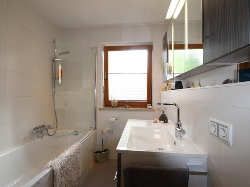 Attraktive, sehr gepflegte 2 ZKB Wohnung mit großer Loggia in gewachsener Lage von Ottobrunn - Badezimmer