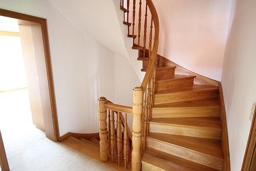 Große. familienfreundliche Doppelhaushälfte in Egmating - Treppenaufgang