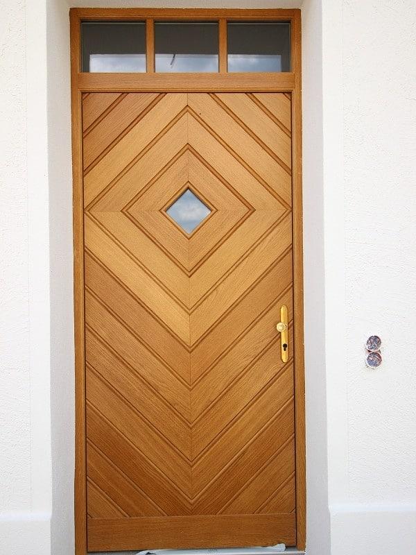Erstbezug: Exlusives, großes Reiheneckhaus in exponierter Alleinlage in Oberpframmern für gehobene Ansprüche - Eingangstür