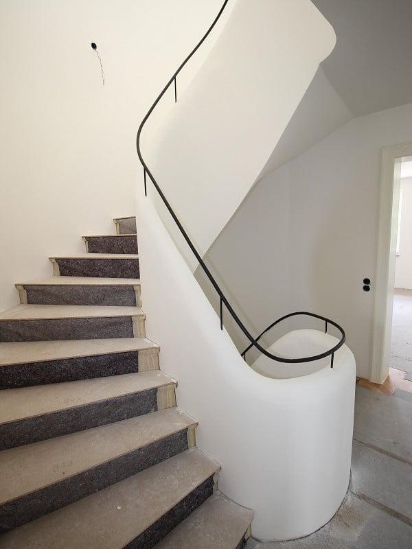 Erstbezug: Exlusives, großes Reiheneckhaus in exponierter Alleinlage in Oberpframmern für gehobene Ansprüche - Treppenaufgang
