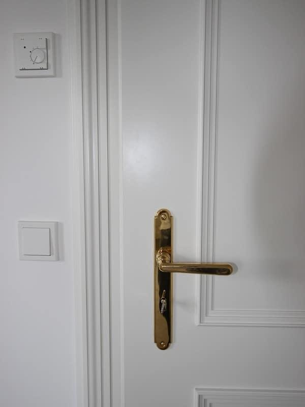 Erstbezug: Exlusives, großes Reiheneckhaus in exponierter Alleinlage in Oberpframmern für gehobene Ansprüche - Tür