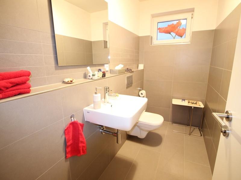 Neuwertige und außergewöhnliche Doppelhaushälfte in Ottobrunn - Toilette im UG