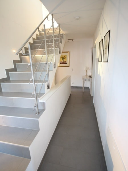 Neuwertige und außergewöhnliche Doppelhaushälfte in Ottobrunn - Treppe ins DG