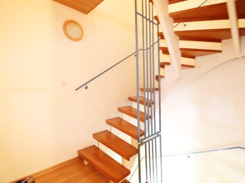 Renovierungsbedürftiges REH in ruhiger, gewachsener Lage von Putzbrunn / Waldkolonie - Treppenaufgang