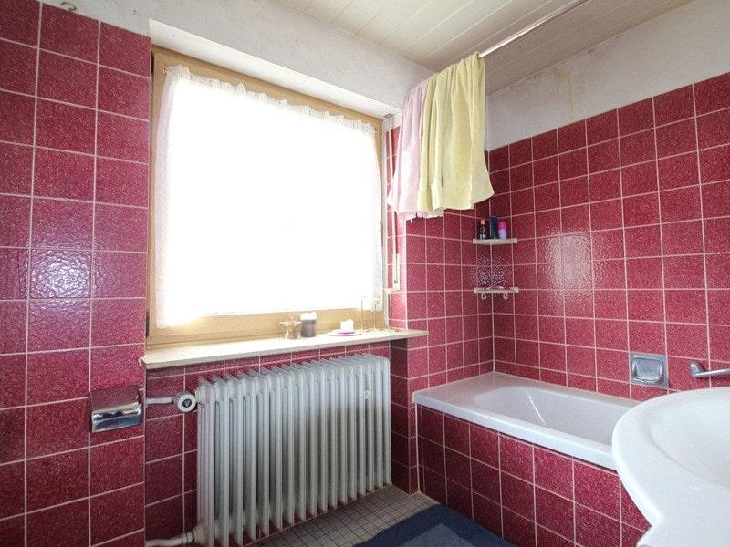 Renovierungsbedürftiges REH in ruhiger, gewachsener Lage von Putzbrunn / Waldkolonie - Badezimmer