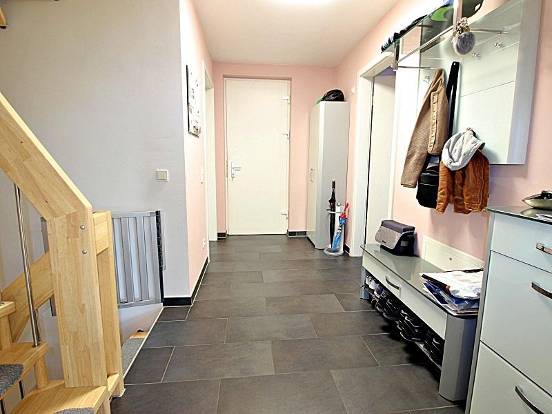 Neuwertiges REH mit großem Grundstück und unverbaubarem Blick in familienfreundlicher Lage von Höhenkirchen - Eingangsbereich