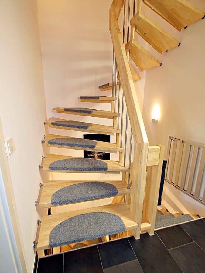Neuwertiges REH mit großem Grundstück und unverbaubarem Blick in familienfreundlicher Lage von Höhenkirchen - Treppe