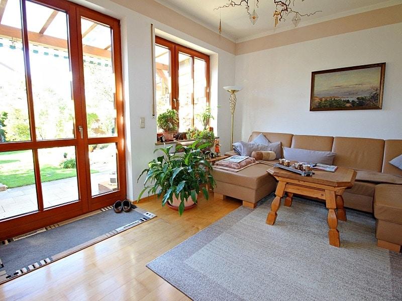 Wohnen wie in einem Haus: 3 Zimmer Gartenmaisonettewohnung mit super Ausstattung - Wohnzimmer mit Gartenzugang
