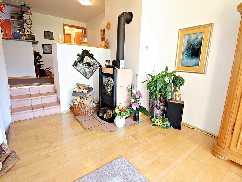 Wohnen wie in einem Haus: 3 Zimmer Gartenmaisonettewohnung mit super Ausstattung - Wohnzimmer_Schwedenofen