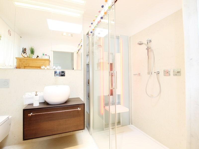 Gesund, modern und energieeffizient: Kernsanierter Reihenbungalow in ruhiger Lage von Putzbrunn / Waldkolonie - Badezimmer