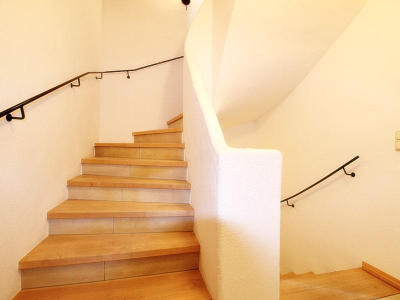 Attraktive, neuwertige DHH mit Top Ausstattung in ruhiger Lage von Höhenkirchen - Treppenaufgang