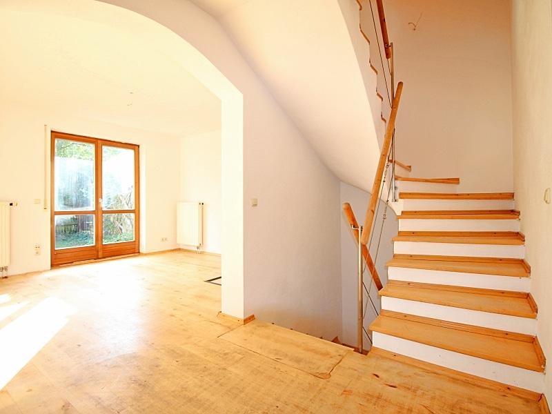 Handwerker aufgepasst: DHH mit großem Grundstück im Ortszentrum von Höhenkirchen - Treppenaufgang