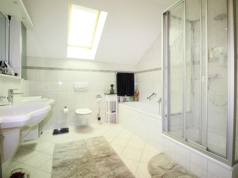 Attraktives, vermietetes Einfamilienhaus mit eingewachsenem Süd- und Westgarten in Grasbrunn - Badezimmer