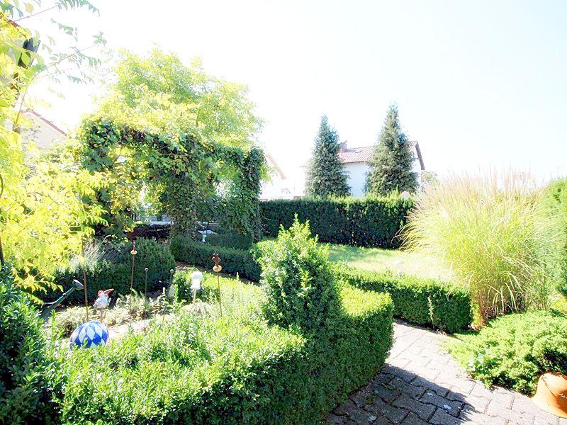 Attraktives, vermietetes Einfamilienhaus mit eingewachsenem Süd- und Westgarten in Grasbrunn - Eingewachsener Garten