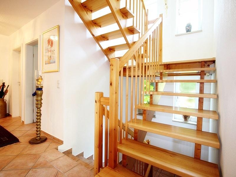 Attraktives, vermietetes Einfamilienhaus mit eingewachsenem Süd- und Westgarten in Grasbrunn - Treppenaufgang