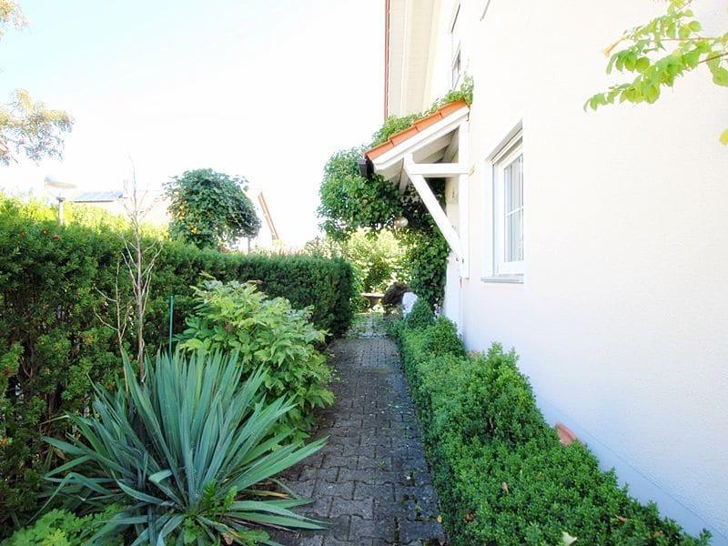 Attraktives, vermietetes Einfamilienhaus mit eingewachsenem Süd- und Westgarten in Grasbrunn - Zugang zum Haus