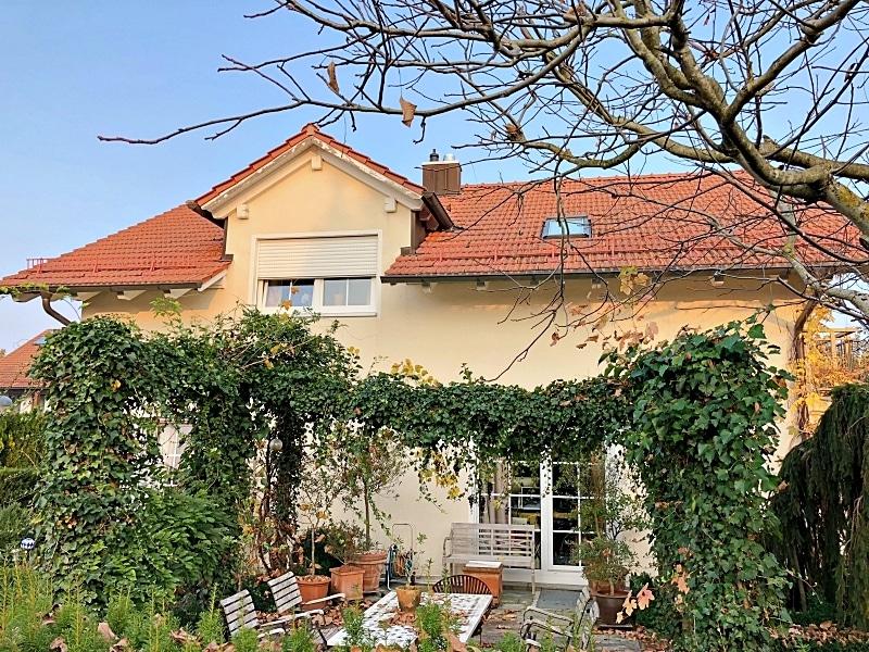 Attraktives, vermietetes Einfamilienhaus mit eingewachsenem Süd- und Westgarten in Grasbrunn - Außenansicht