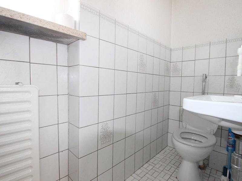 Renovierungsbedürftige DHH auf großem Erbbaurechtsgrundstück in ruhiger Lage von Riemerling - Gäste WC EG