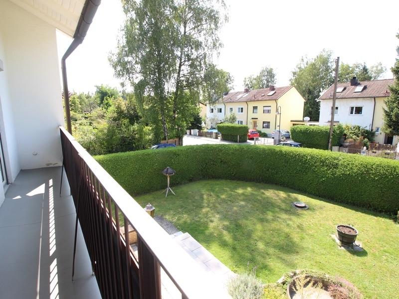Renovierungsbedürftige DHH auf großem Erbbaurechtsgrundstück in ruhiger Lage von Riemerling - Ausblick Balkon