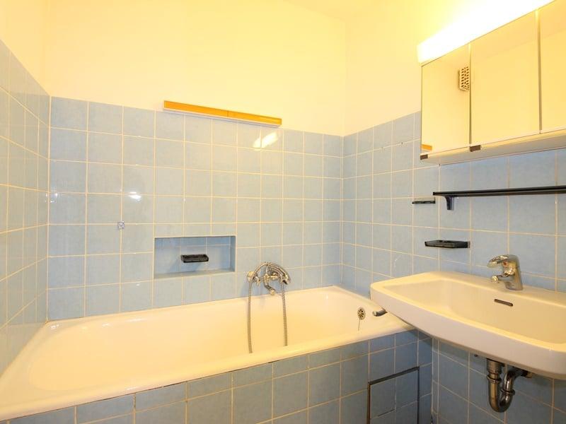 Renovierungsbedürftige DHH auf großem Erbbaurechtsgrundstück in ruhiger Lage von Riemerling - Badezimmer
