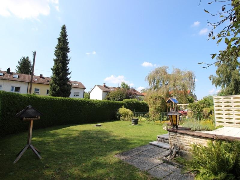 Renovierungsbedürftige DHH auf großem Erbbaurechtsgrundstück in ruhiger Lage von Riemerling - Garten