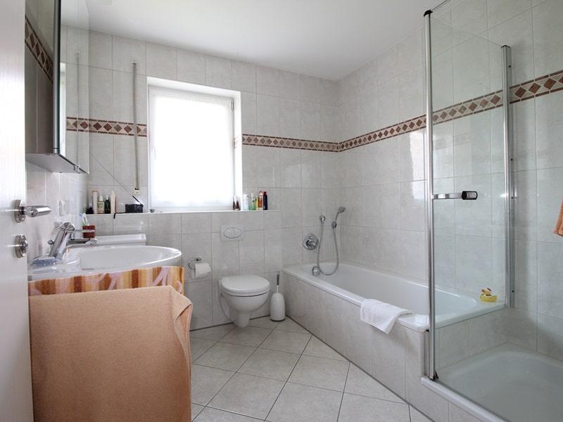 Großzügige, attraktive DHH in ruhiger Ortsrandlage von Siegertsbrunn - Badezimmer