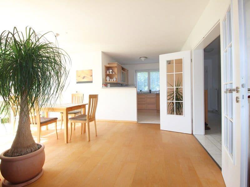 Großzügige, attraktive DHH in ruhiger Ortsrandlage von Siegertsbrunn - Blick zu Küche und Essbereich