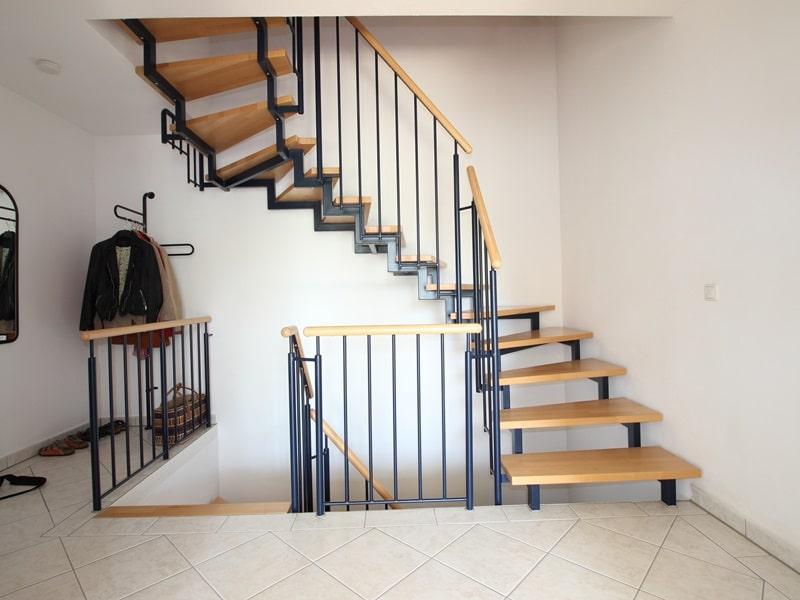 Großzügige, attraktive DHH in ruhiger Ortsrandlage von Siegertsbrunn - Treppenaufgang