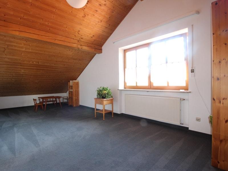Sofort einziehen! Attraktive, sehr gepflegte DHH in ruhiger, zentrumsnaher Lage von Ottobrunn - Dachstudio