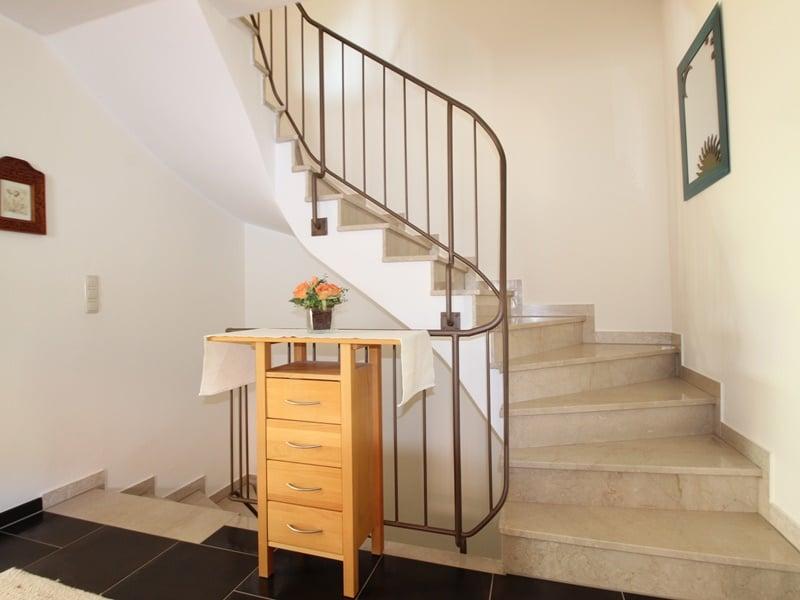 Sofort einziehen! Attraktive, sehr gepflegte DHH in ruhiger, zentrumsnaher Lage von Ottobrunn - Treppenaufgang