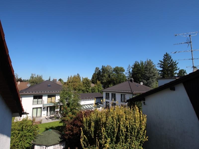 Großzügige Doppelhaushälfte mit eingewachsenem Garten in bevorzugter Lage von Waldtrudering - Aussicht Balkon DG