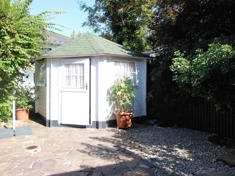 Großzügige Doppelhaushälfte mit eingewachsenem Garten in bevorzugter Lage von Waldtrudering - Gartenhaus