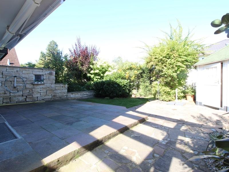 Großzügige Doppelhaushälfte mit eingewachsenem Garten in bevorzugter Lage von Waldtrudering - Terrasse mit elektrischer Markise