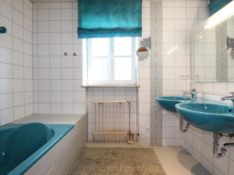 Großzügige Doppelhaushälfte mit eingewachsenem Garten in bevorzugter Lage von Waldtrudering - Badezimmer