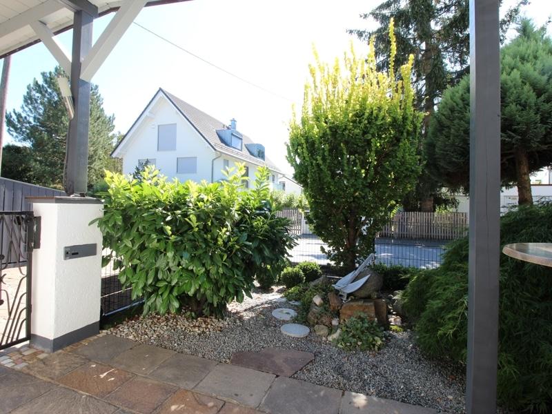 Großzügige Doppelhaushälfte mit eingewachsenem Garten in bevorzugter Lage von Waldtrudering - Vorgarten