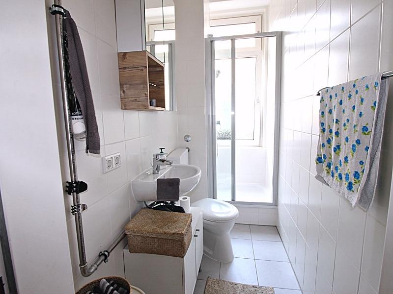 Modernisierte 3 Zimmer Wohnung direkt am Tegernseer Platz in Obergiesing - Badezimmer