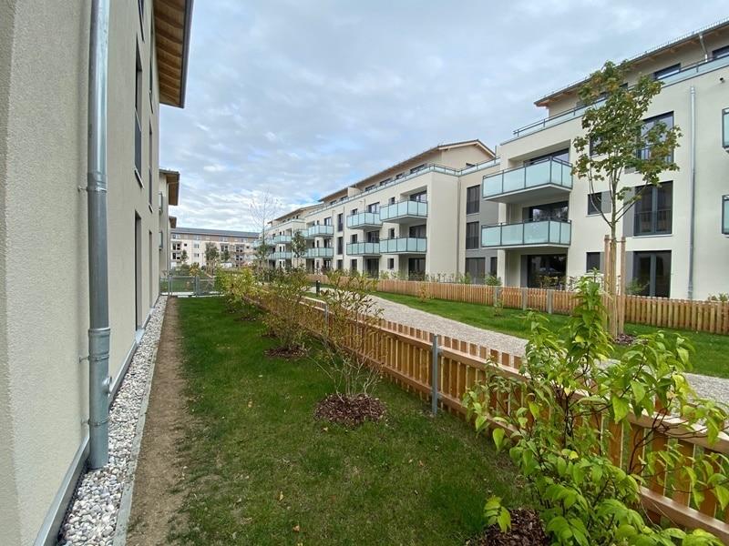 Erstbezug - Attraktive 3 ZKB Gartenwohnung mit 2 Bädern und EBK in Höhenkirchen - Seitlicher Garten Osten