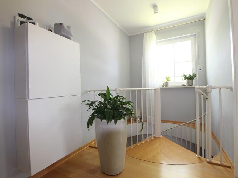Großzügige 4 Zimmer Erdgeschosswohnung mit zusätzlich 2 Hobbyräumen in Grasbrunn / Neukeferloh - Wendeltreppe ins UG
