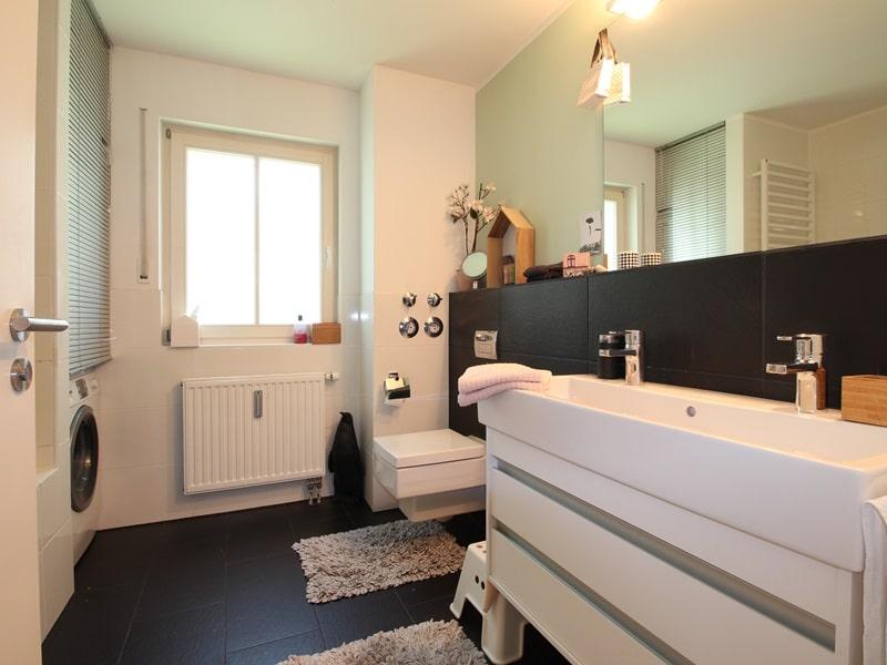 Großzügige 4 Zimmer Erdgeschosswohnung mit zusätzlich 2 Hobbyräumen in Grasbrunn / Neukeferloh - Badezimmer