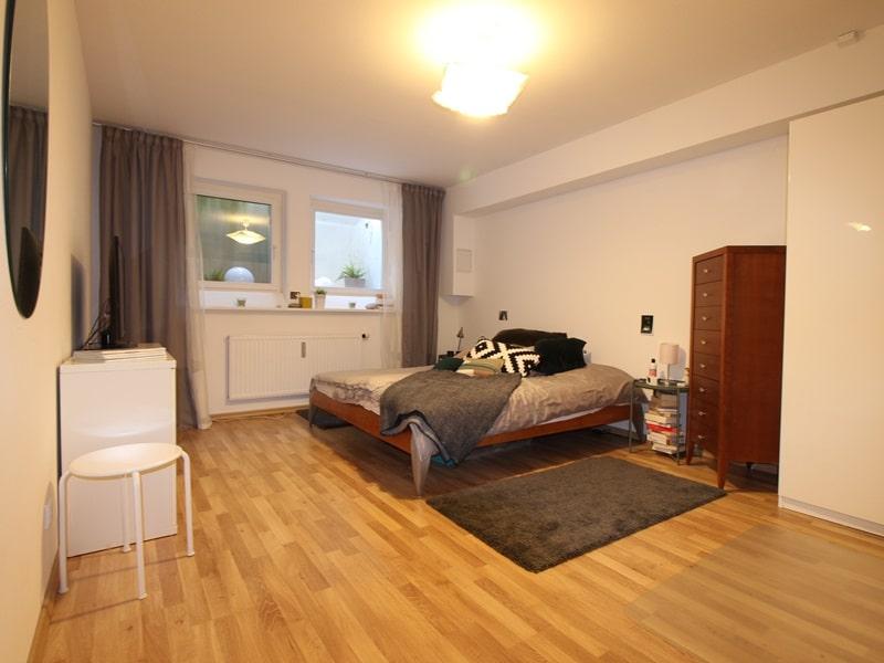Großzügige 4 Zimmer Erdgeschosswohnung mit zusätzlich 2 Hobbyräumen in Grasbrunn / Neukeferloh - Schlafzimmer UG