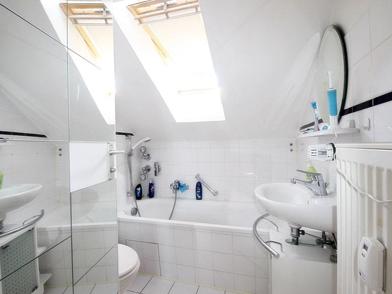 Für Kapitalanleger - Vermietete 1 ZKB Dachgeschosswohnung in ruhiger Lage von Höhenkirchen - Badezimmer