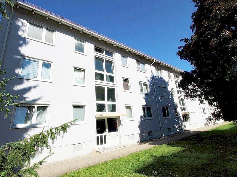 Für Kapitalanleger - Vermietete 1 ZKB Dachgeschosswohnung in ruhiger Lage von Höhenkirchen - Außenansicht Eingang