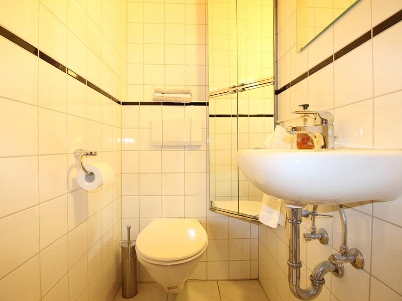 Großzügige 3 ZKB Galeriewohnung in ruhiger Ortsrandlage von Brunnthal / Hofolding - Gäste-WC