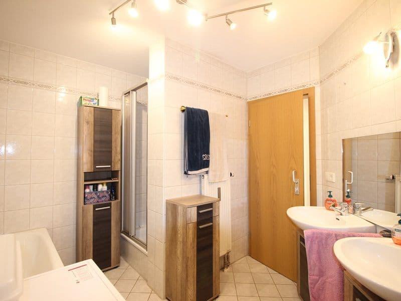 Attraktive große 3,5 ZKB Gartenwohnung plus Hobbyraum in Pliening / Gelting - Badezimmer