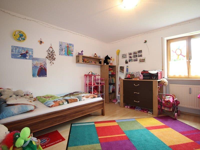 Attraktive große 3,5 ZKB Gartenwohnung plus Hobbyraum in Pliening / Gelting - Kinderzimmer