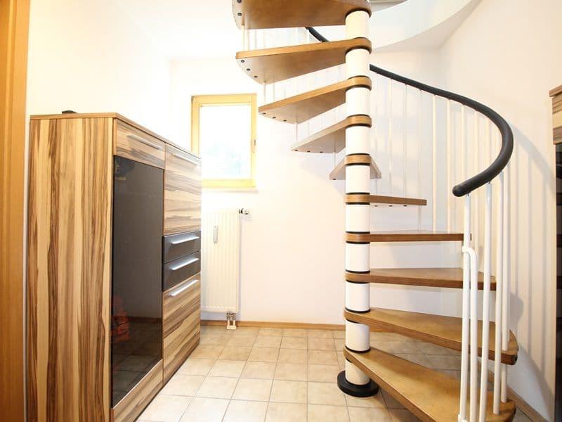 Attraktive große 3,5 ZKB Gartenwohnung plus Hobbyraum in Pliening / Gelting - Treppe ins UG