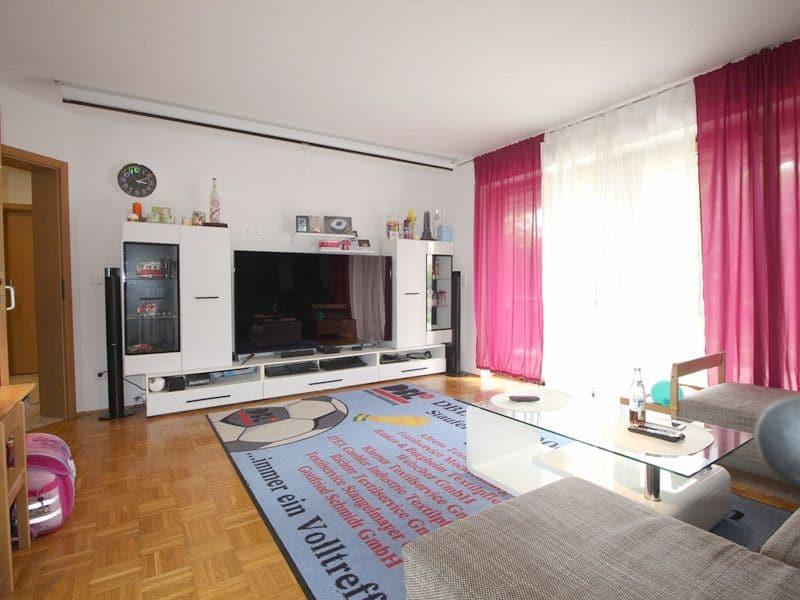 Attraktive große 3,5 ZKB Gartenwohnung plus Hobbyraum in Pliening / Gelting - Wohnzimmer