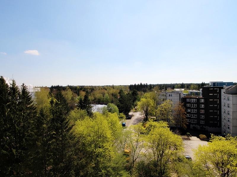 Traumhafter Panoramablick: XXL 2,5ZKB Dachterrassen Wohnung für Singles / Paare in ruhiger Lage von Ottobrunn - Ausblick Dachterrasse